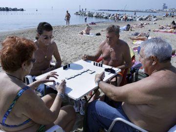 Un grupo de jubilados disfruta de la playa de la Barceloneta.