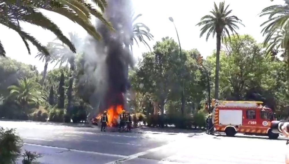 """Un coche se incendia en plena ciudad de Malaga: """"Saqué a la niña, la silla y el coche salió ardiendo"""""""