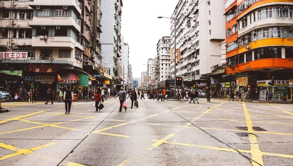 Líneas amarillas en una gran ciudad