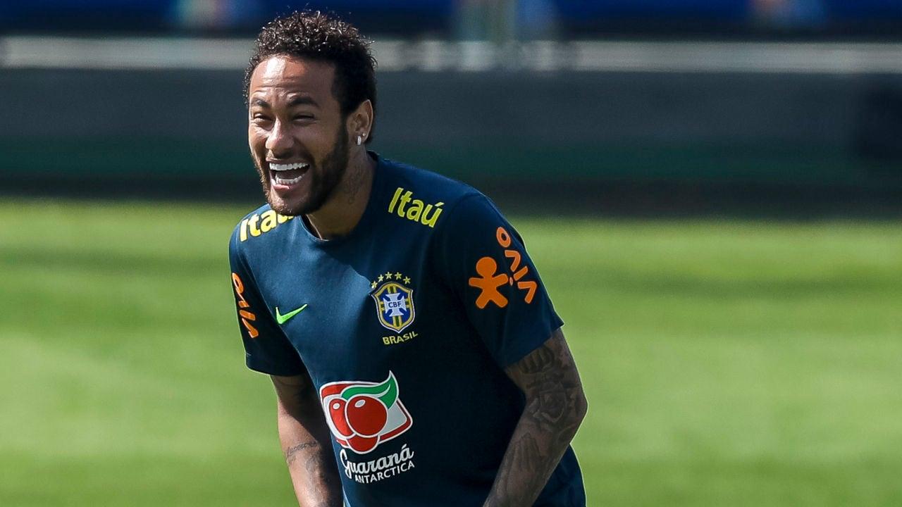 Neymar, sonriente durante un entrenamiento de Brasil