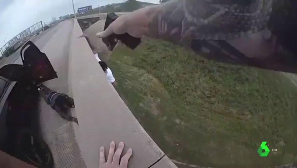 Un hombre protagoniza una espectacular caída de diez metros al tratar de escapar de la Policía