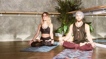 Una pareja practicando yoga