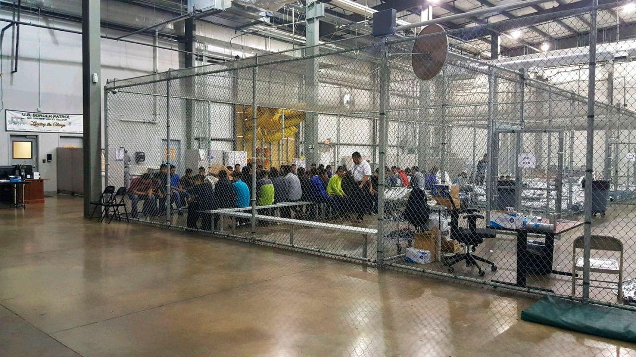 Personas retenidas en un centro de menores de EEUU