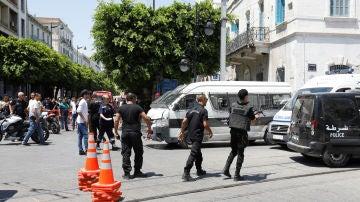 Policía tunecina en el lugar del atentado