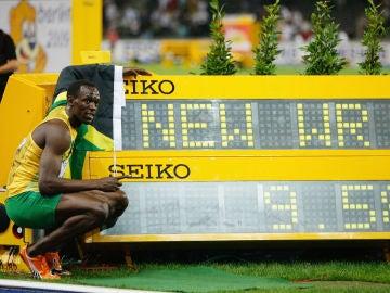 Usain Bolt posa con su récord del mundo de los 100 metros lisos