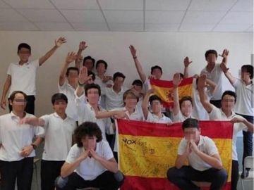 Alumnos haciendo el saludo nazi con una bandera de España