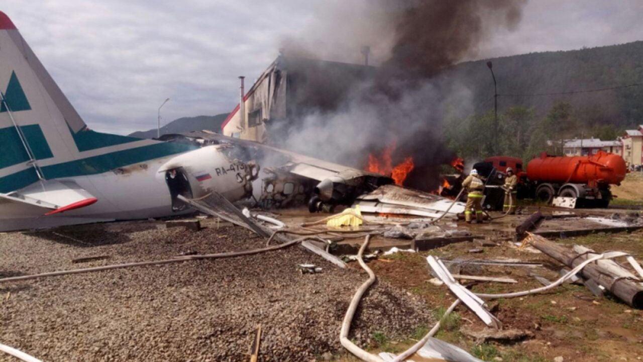 Los bomberos tratan de apagar las llamas tras estrellarse un avión de pasajeros