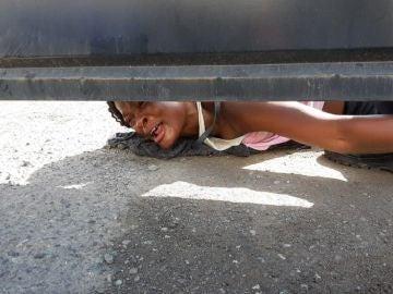 Una mujer haitiana que pide ayuda para ella y su hijo