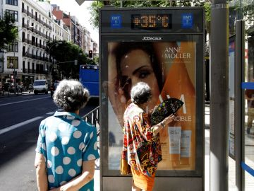 Dos mujeres observan los 35 grados que marca el termómetro