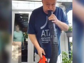 La decepción de una mujer al ver cómo su marido juega con una aspiradora se vuelve viral