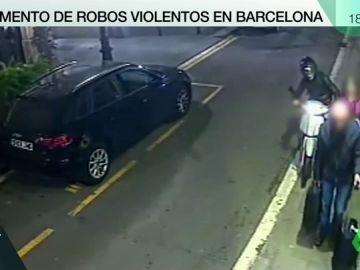 Los robos con tirón desde motocicletas están empezando a convertirse en una plaga en Barcelona