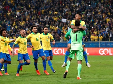 La selección brasileña festeja con Alisson