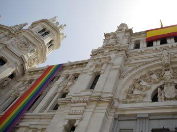 Bandera LGTBI en el Ayuntamiento de Madrid