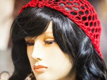 Imagen de un maniquí con una peluca de pelo artificial