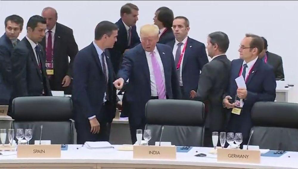 Gesto de la polémica de Trump a Pedro Sánchez