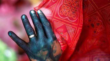 Imagen de archivo de una mujer que se cubre el rostro en India