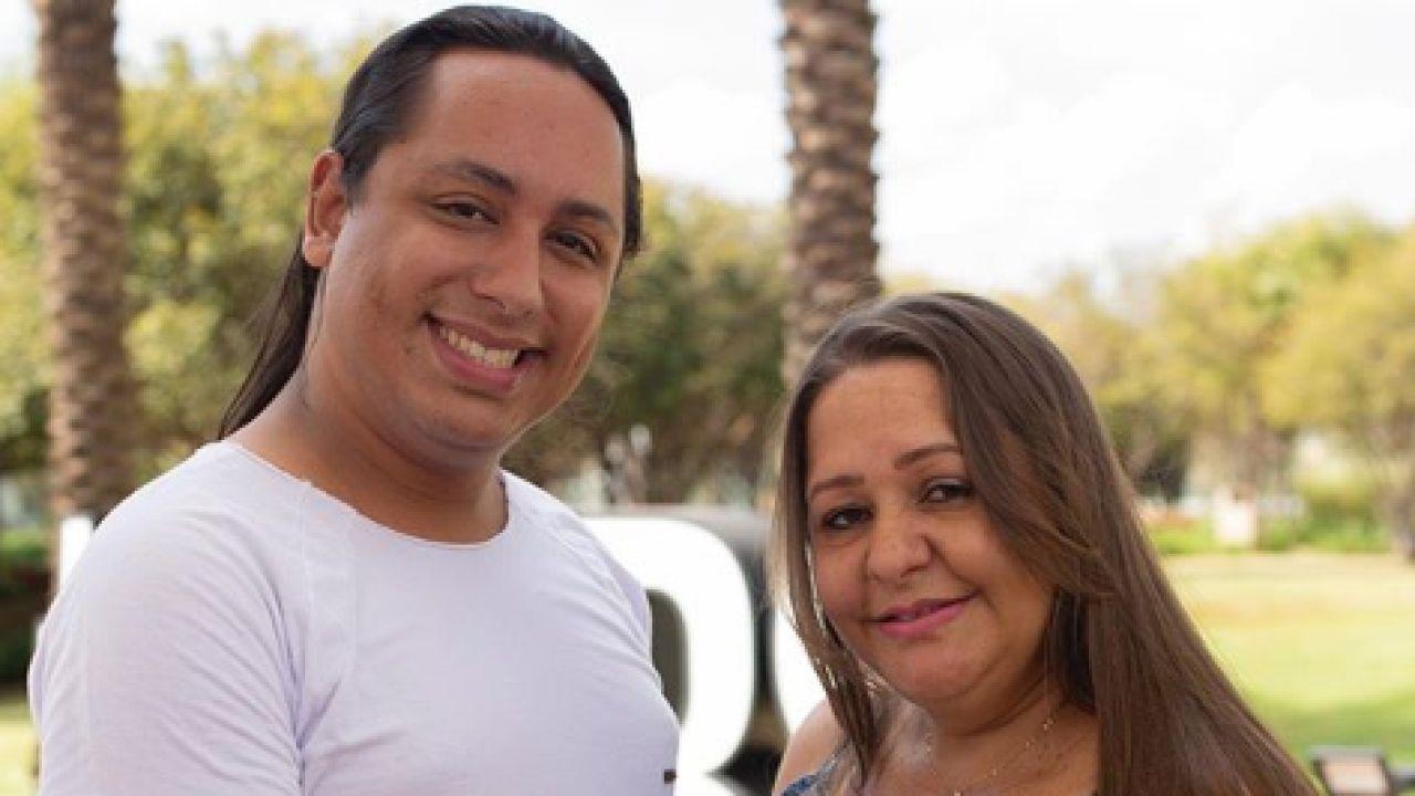 Marcelo junto a su madre embarazada