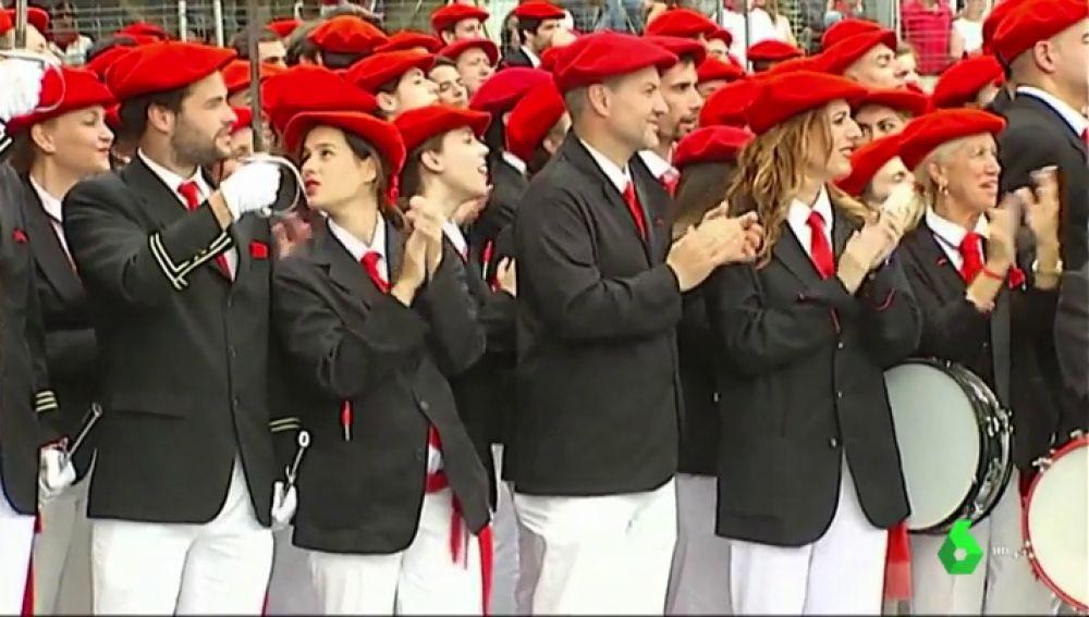 Miles de personas desfilan en los alardes mixto y tradicional de Irún sin incidentes