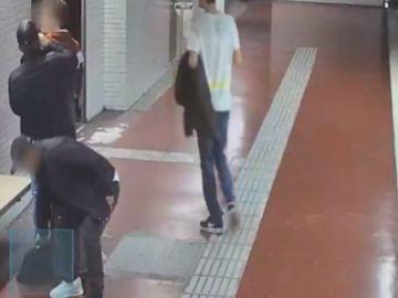Dos hombres roban a un chico en el Metro de Barcelona