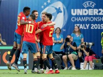 Los jugadores de España celebran un gol