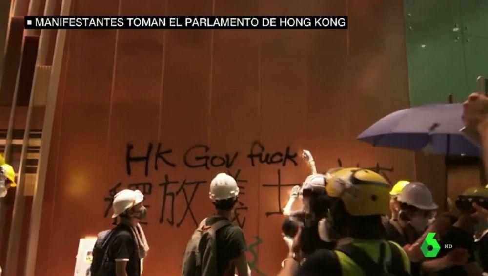 Tensión en Hong Kong: la Policía desaloja a los manifestantes del Parlamento tras tres horas de asalto