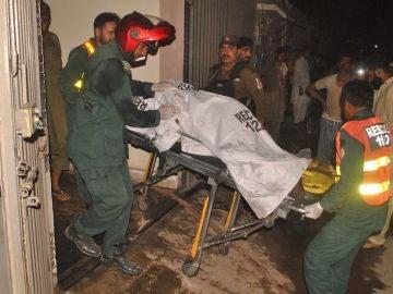 Retiran el cadáver de una de las víctimas después de que un hombre matara a nueve miembros de su familia en Multan