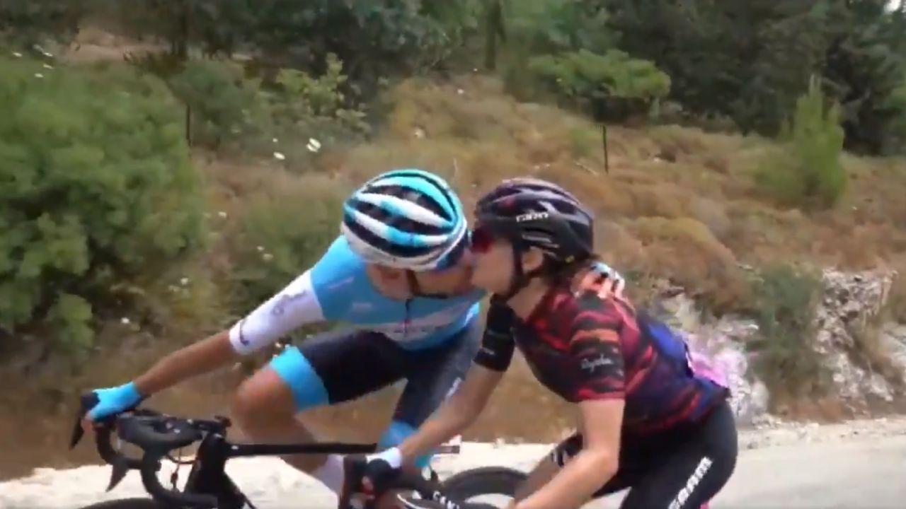 Guy Sagiv y Omer Shapira se besan durante una etapa