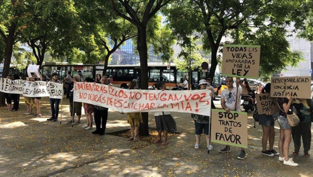 Protestas a las puertas de los juzgados en defensa de Sota