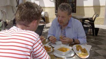 Croquetas pastosas, gazpacho insípido o salsa brava que no se puede reconocer: así es lo que comen los turistas