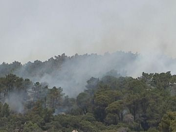 Vista del incendio que se propaga por las localidades madrileñas de Cadalso de los Vidrios y Cenicientos