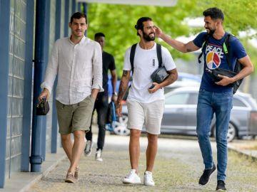 Iker Casillas llegando a la ciudad deportiva del Oporto con sus compañeros