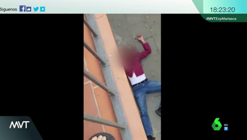 Muletas y cinturones contra machetes: las inquietantes imágenes de una reyerta en Barcelona