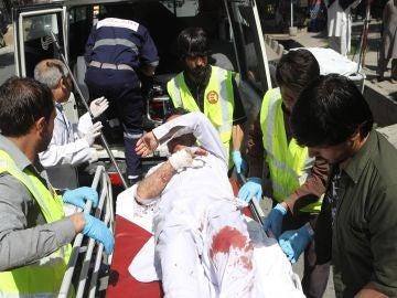 Un herido es trasladado a un hospital tras una explosión en Kabul, Afganistán)