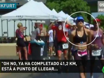 La terrible imagen del Ironman de Frankfurt: una triatleta colapsa a un kilómetro de la meta