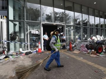 Funcionarios limpian los alrededores del Consejo Legislativo después de que manifestantes irrumpieran en el edificio, en Hong Kong