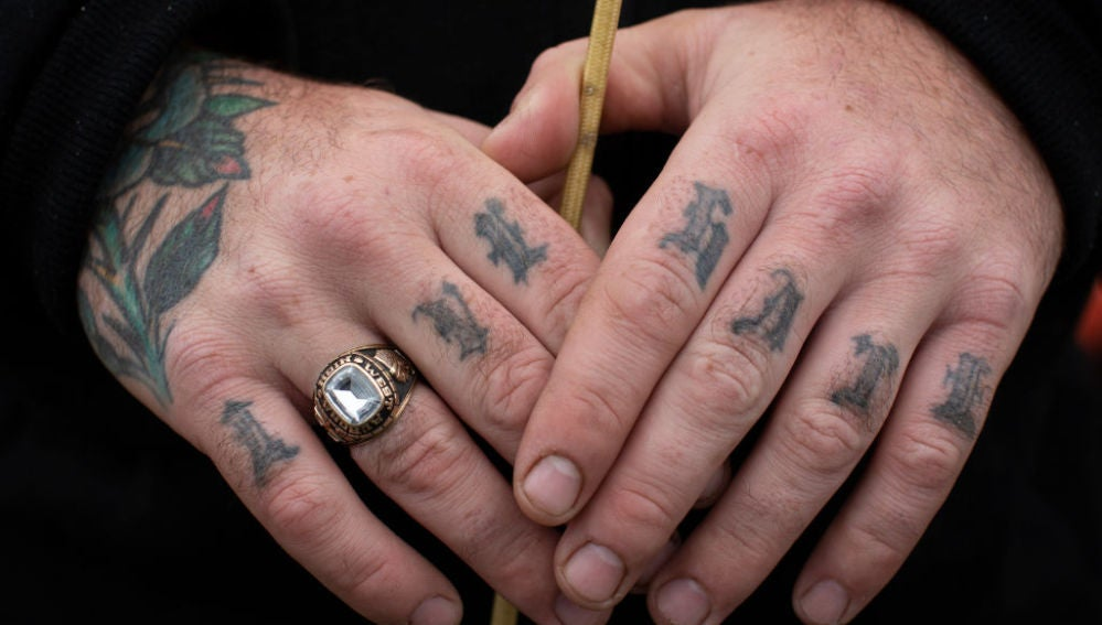 Un hombre con tatuajes