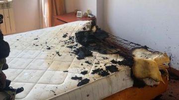 Estado en el que quedó el colchón después de que explotase el cargador
