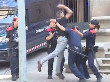 """El tío de la víctima de 'La Manada de Manresa' intenta agredir a los acusados: """"Te voy a matar"""""""