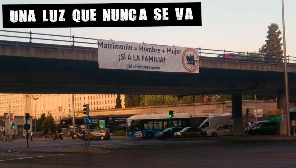Cartel en el puente de Nuevos Ministerios de Madrid