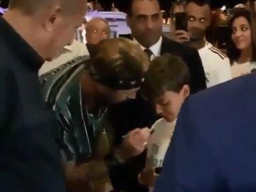 Sergio Ramos firma autógrafos a su llegada a Egipto