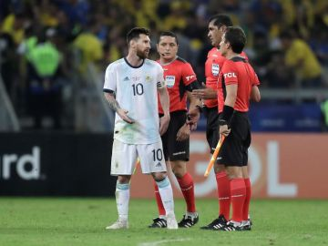 El árbitro ecuatoriano Robby Zambrano habla con Messi
