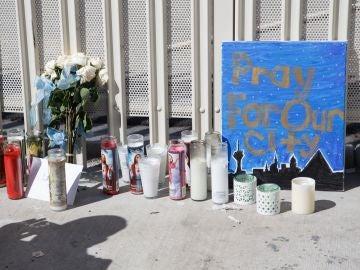 Velas y flores como homenaje a las víctimas del tiroteo sucedido en un festival de Las Vegas en 2017.