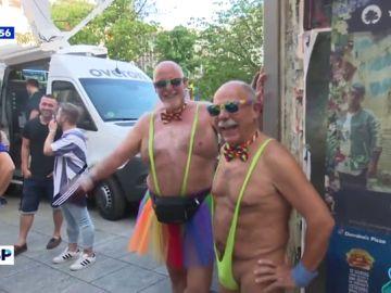 Una pareja luciendo el bañador de Borat en las fiestas del Orgullo LGTBI