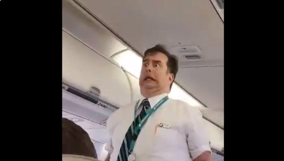 Las divertidas indicaciones de seguridad de un auxiliar de vuelo