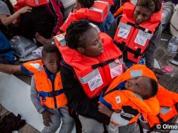 Los migrantes rescatados a bordo del velero