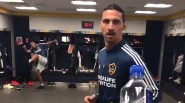 Ibrahimovic, haciendo el #BottleCapChallenge