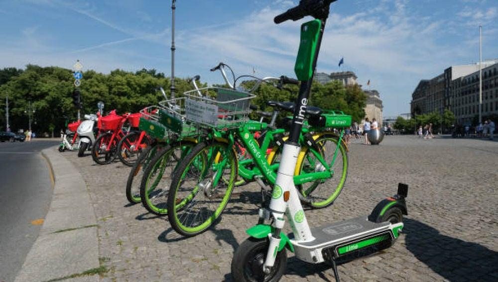 Imagen de archivo de bicicletas y patinetes eléctricos en la calle.
