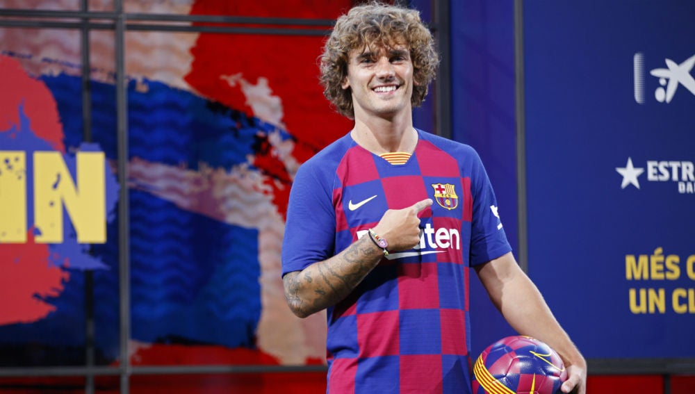 Antoine Griezmann se señala el escudo del Barça