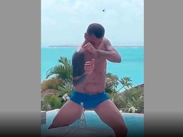 Dani Alves y el 'Bottle Cap Challenge'