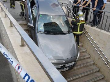 El coche introducido en una boca de metro